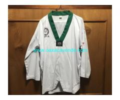 Traje de taekwondo con bordado verde
