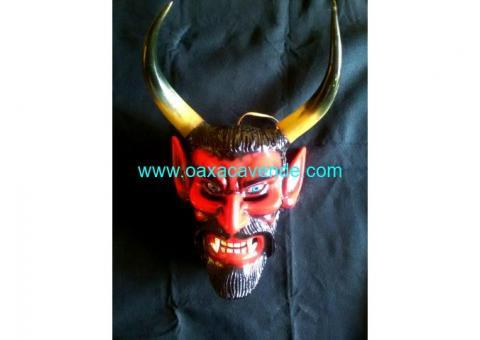 Mascara de madera tallada a mano